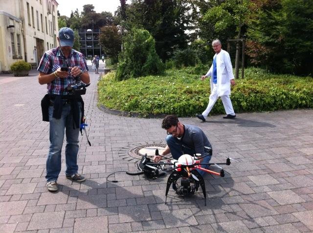 Vorbereitung sind das A und O beim Octocopter. Pilot Markus und Kameraoperator Michael checken alles bevor der Octocopter abhebt.
