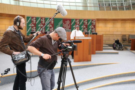Im Düsseldorfer Landtag durften wir die letzten Szenen zu unserem Wahlfilm drehen. Es hat riesigen Spass gemacht. Unsere Darsteller waren tolle Abgeordnete.